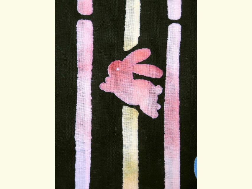 画像3: 子供浴衣 レトロモダンな色柄の女の子浴衣(110サイズ )【黒地、変り縞とうさぎ】